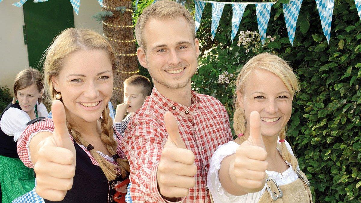 Drei junge Menschen auf dem Münchener Oktoberfest