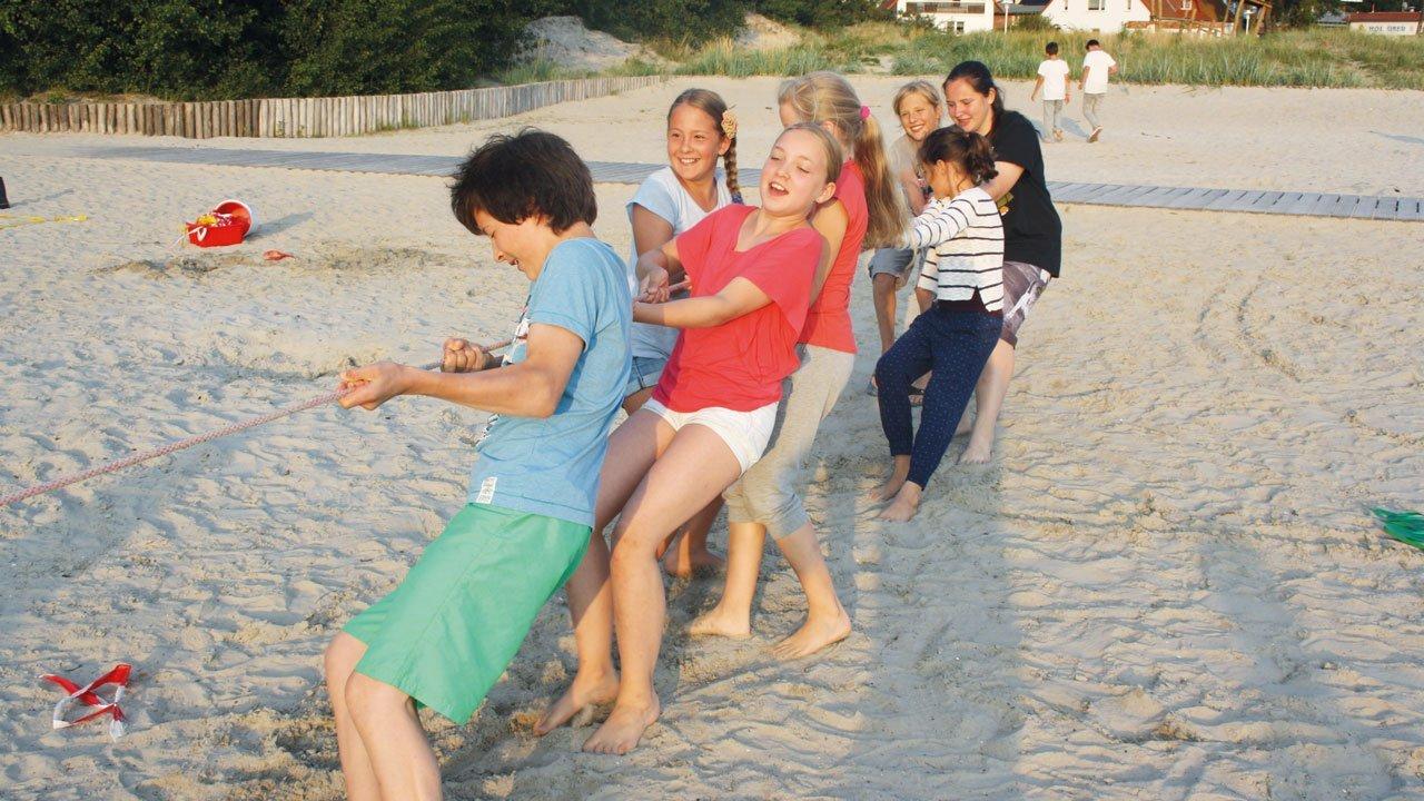 Schüler beim Tauziehen