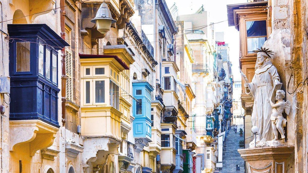 Gasse in Valletta mit seinen typischen Balkonen