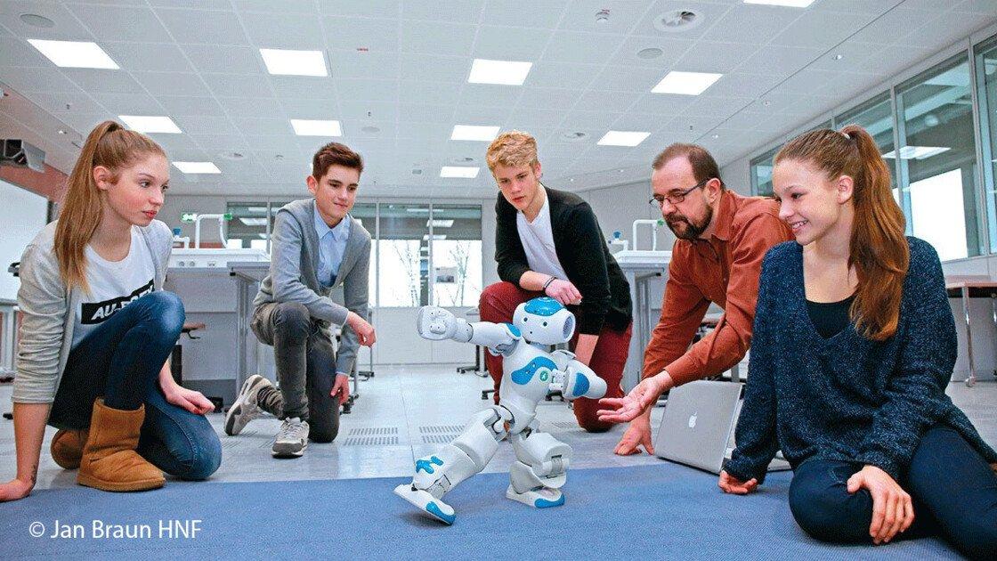 Klasse in Paderborn mit einem Miniroboter