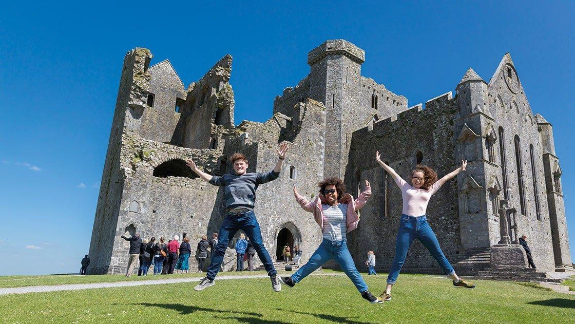 Gruppe vor Burg in Irland