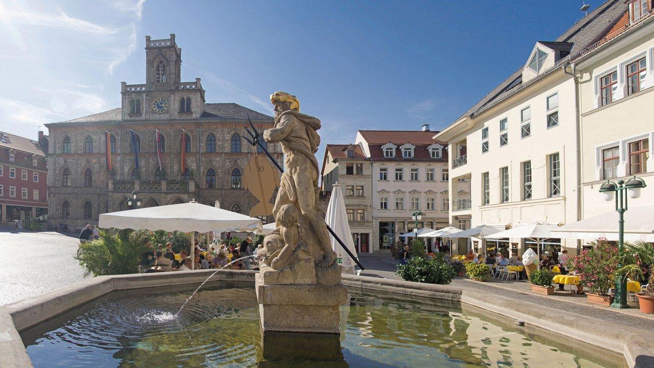 Platz mit Neptunbrunnen