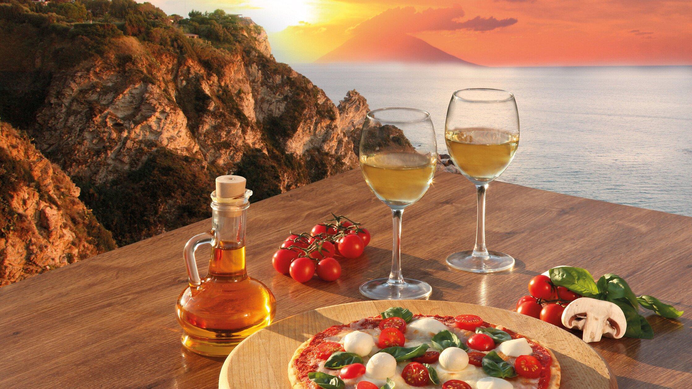 Italienische Pizza bei Sonnenuntergang