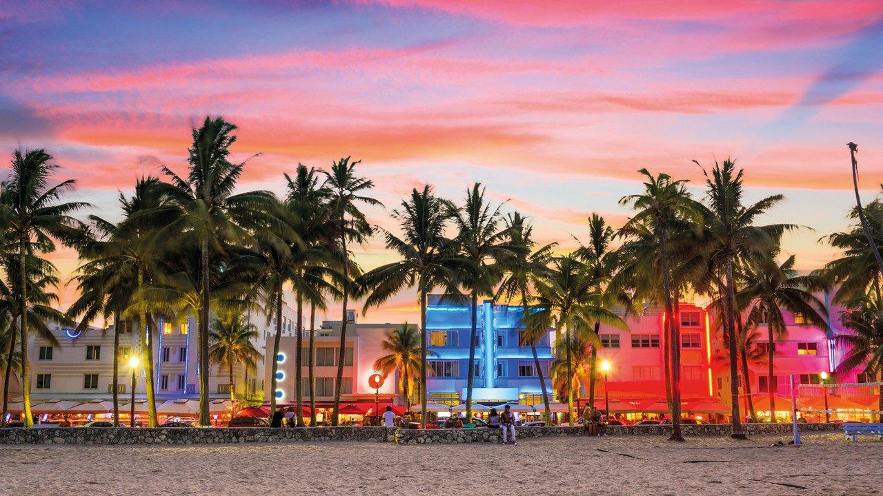 Der Ocean Drive in Miami in der Abenddämmerung