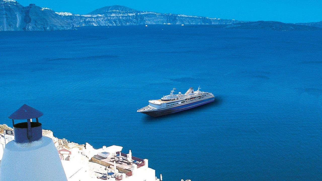 Kreuzfahrtschiff auf tiefblauem Meer