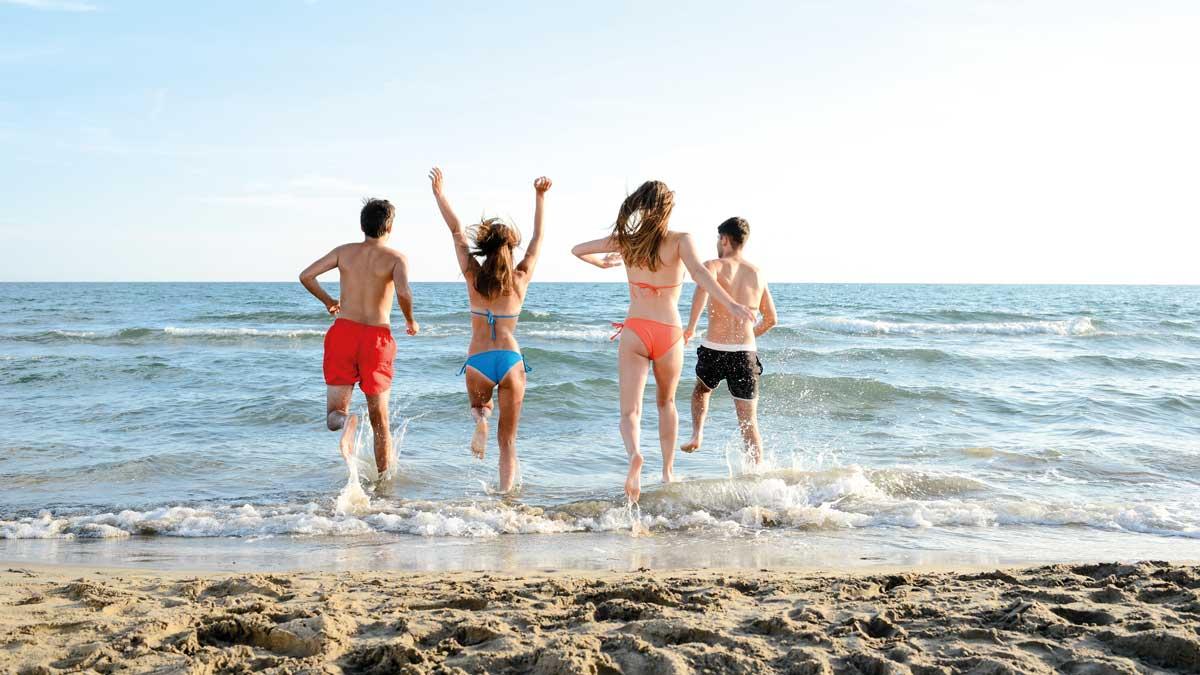 Schüler am Strand von Borkum laufen ins Wasser