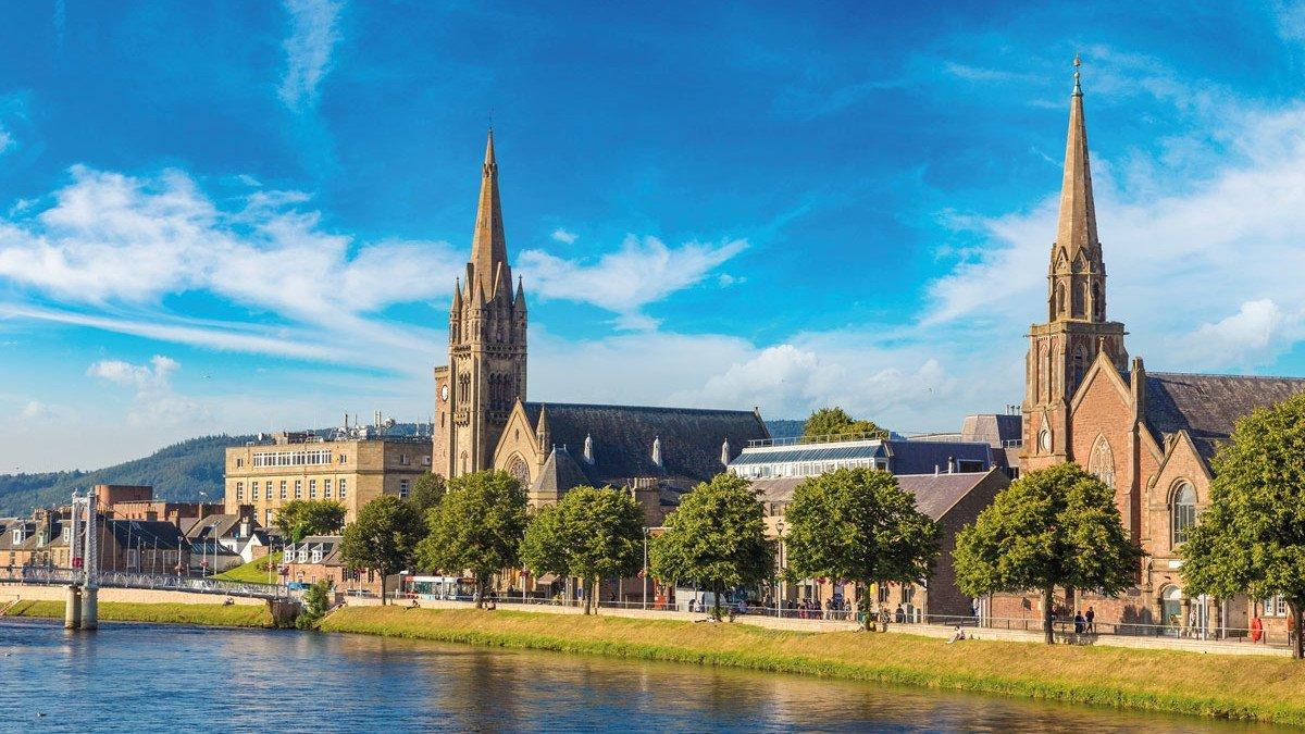 Kirchen in Inverness am Flussufer