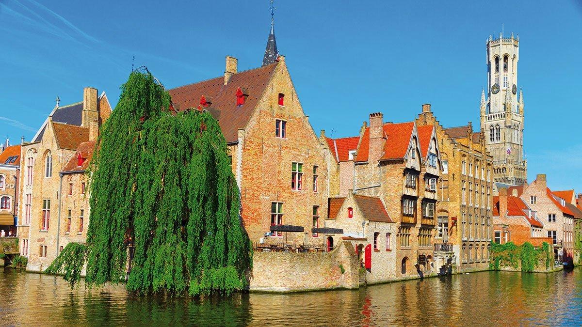 Stadtansicht mit alten Häusern von Brügge am Kanal