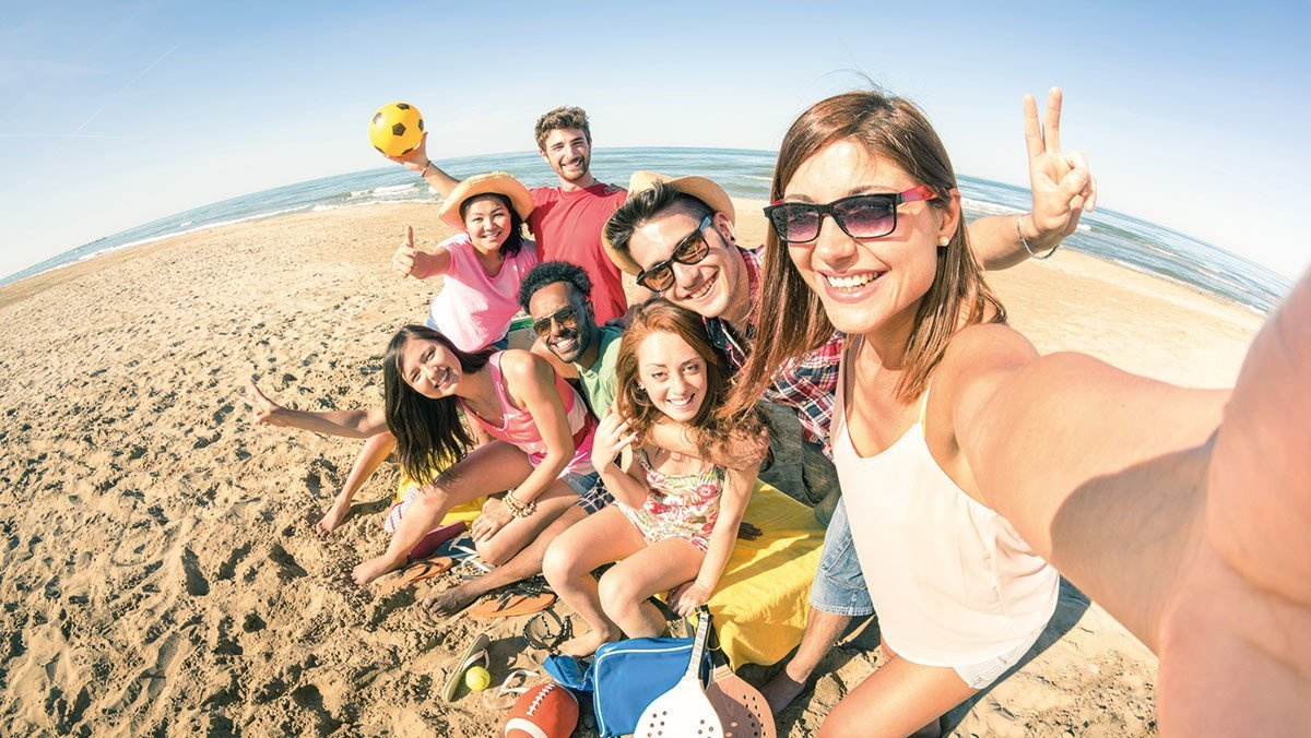 Jugendliche haben Spaß in Seawick am Strand
