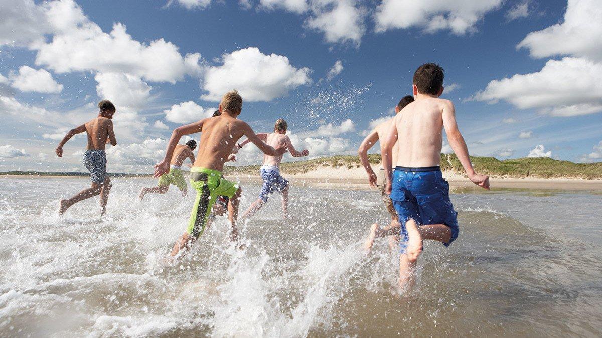 Schüler am Strand der niederländischen Nordsee
