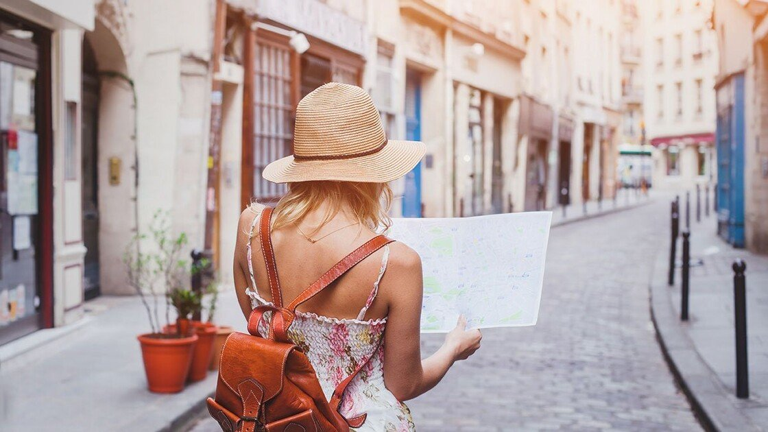 Mädchen mit Stadtplan
