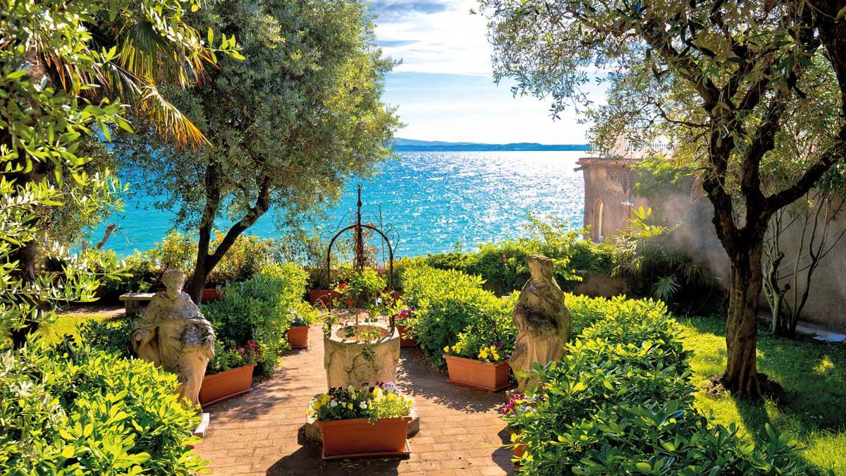 Ein wunderschöner Ausblick auf einen Garten
