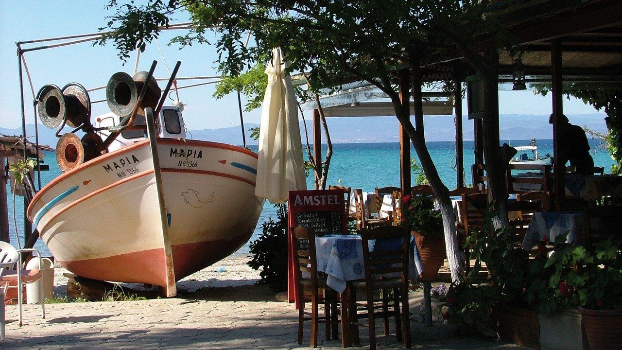 Taverne mit Boot im Vordergrund