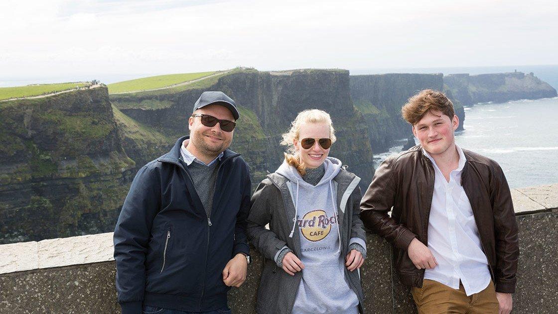 Schüler vor Cliffs of Moher