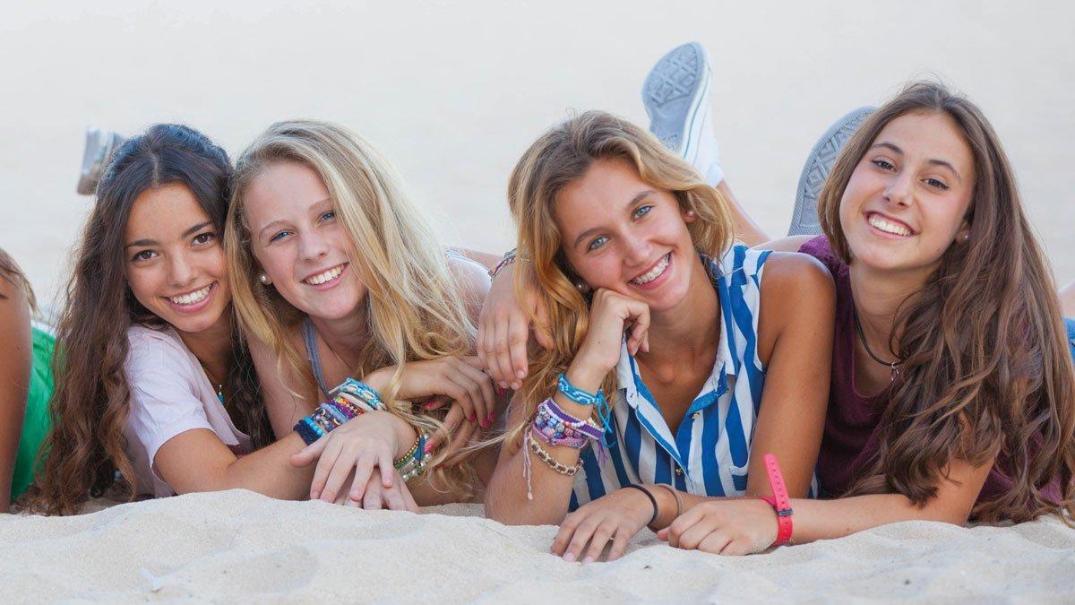 Schülergruppe macht Fotos am Meer