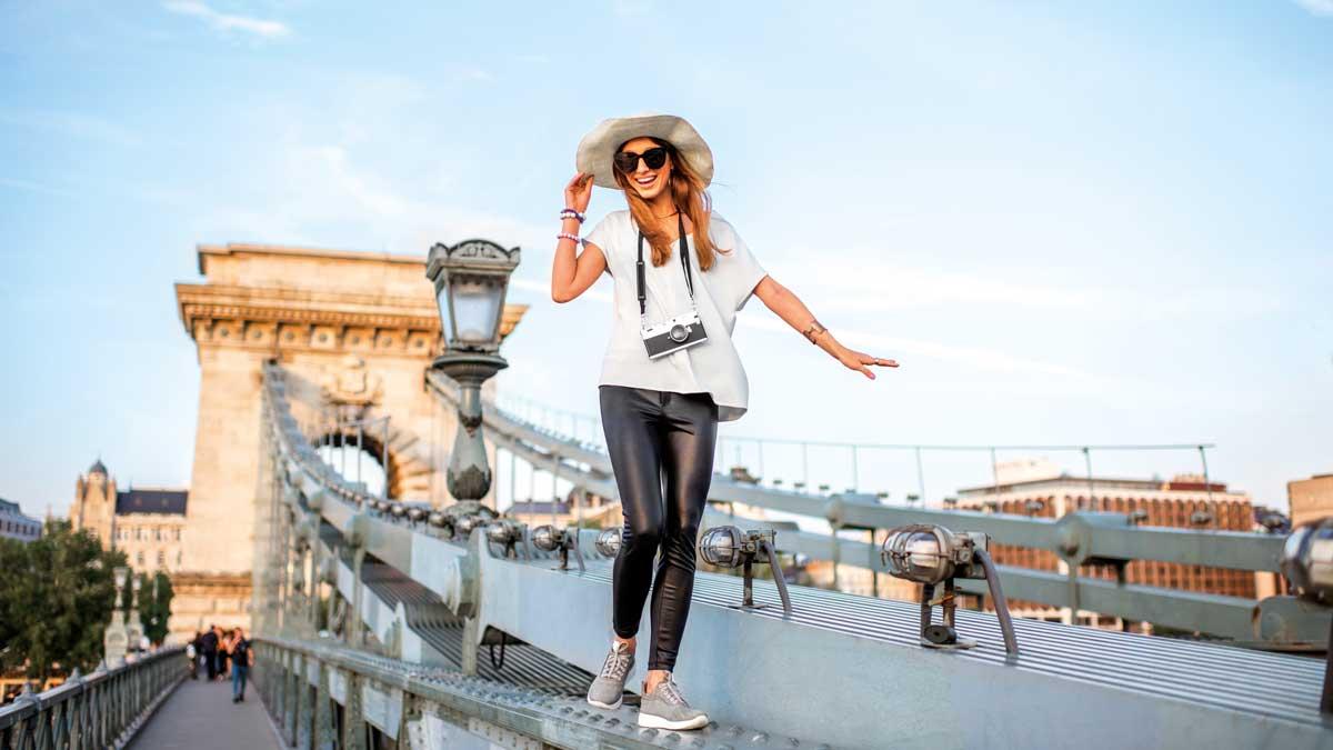 Frau auf Kettenbrücke in budapest