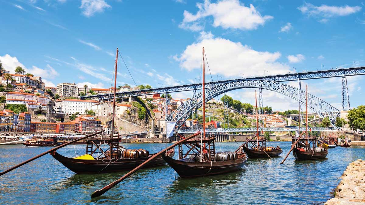 Traditionelle Boote an der Dom Luiz Brücke