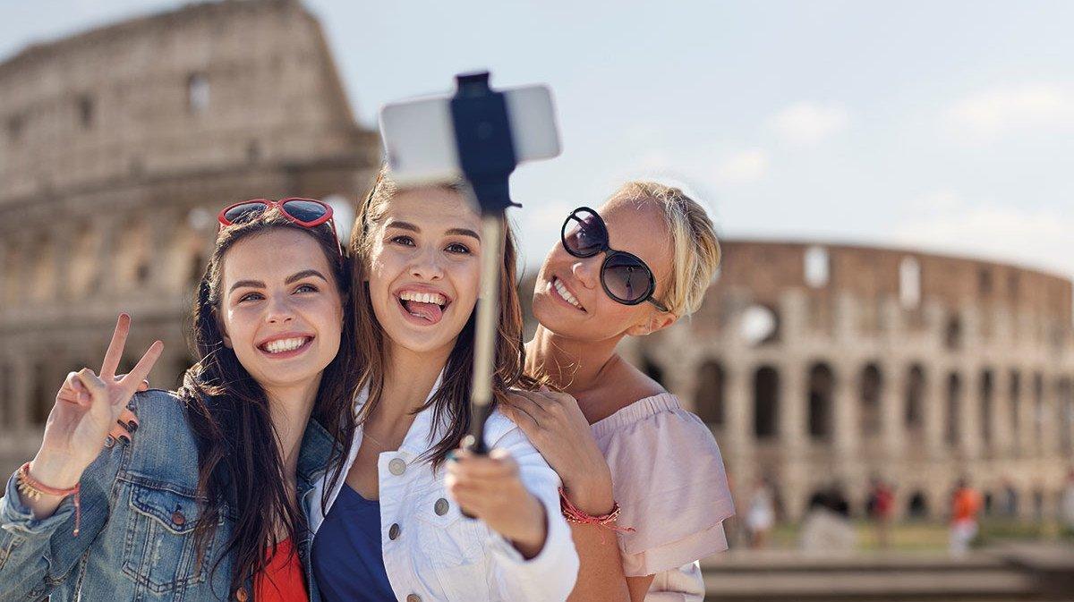 Drei Mädchen vor dem Kolosseum in Rom