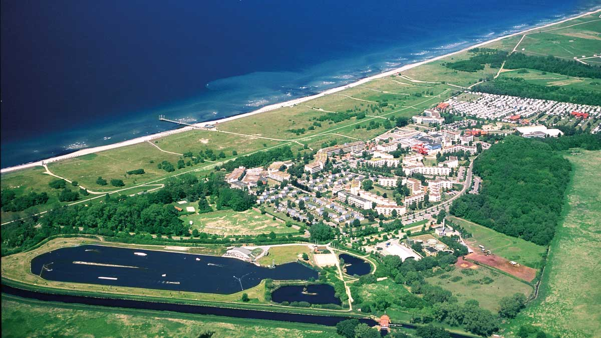 Luftaufnahme Weissenhäuser Strand mit Ferienpark und Strandabschnitt