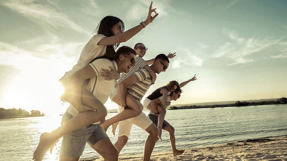 Schüler haben Spaß am Strand