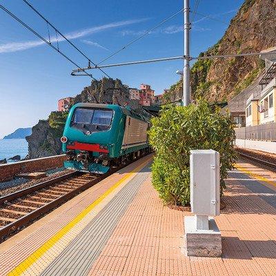 Cinque Terre mit Zug und Schiff