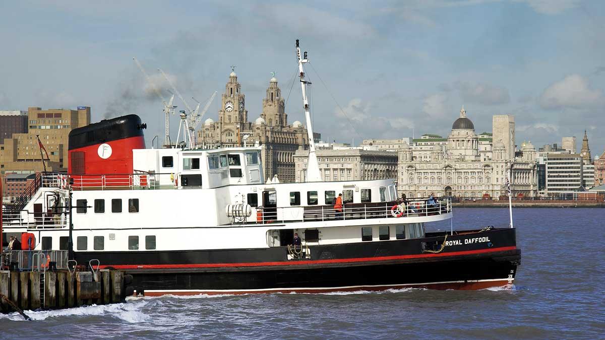 Mersey Ferries im Hafen von Liverpool