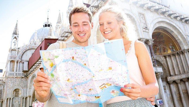 Reisende mit Karte
