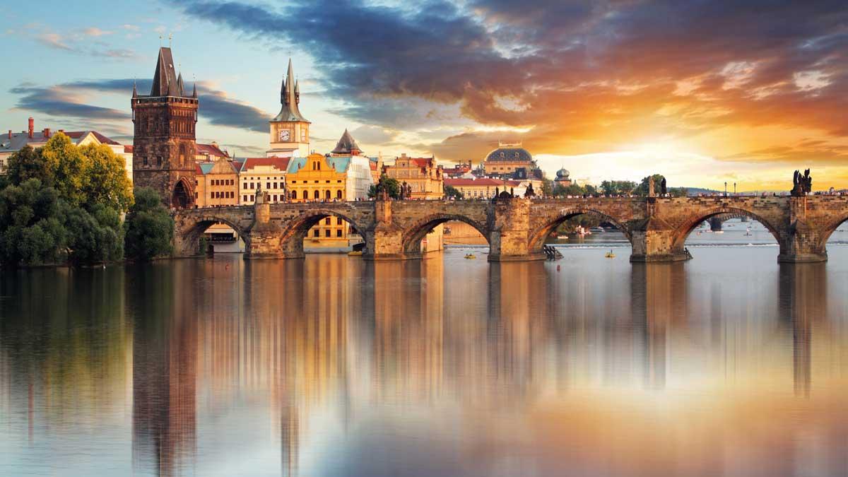 Karlsbrücke in Prag am Abend