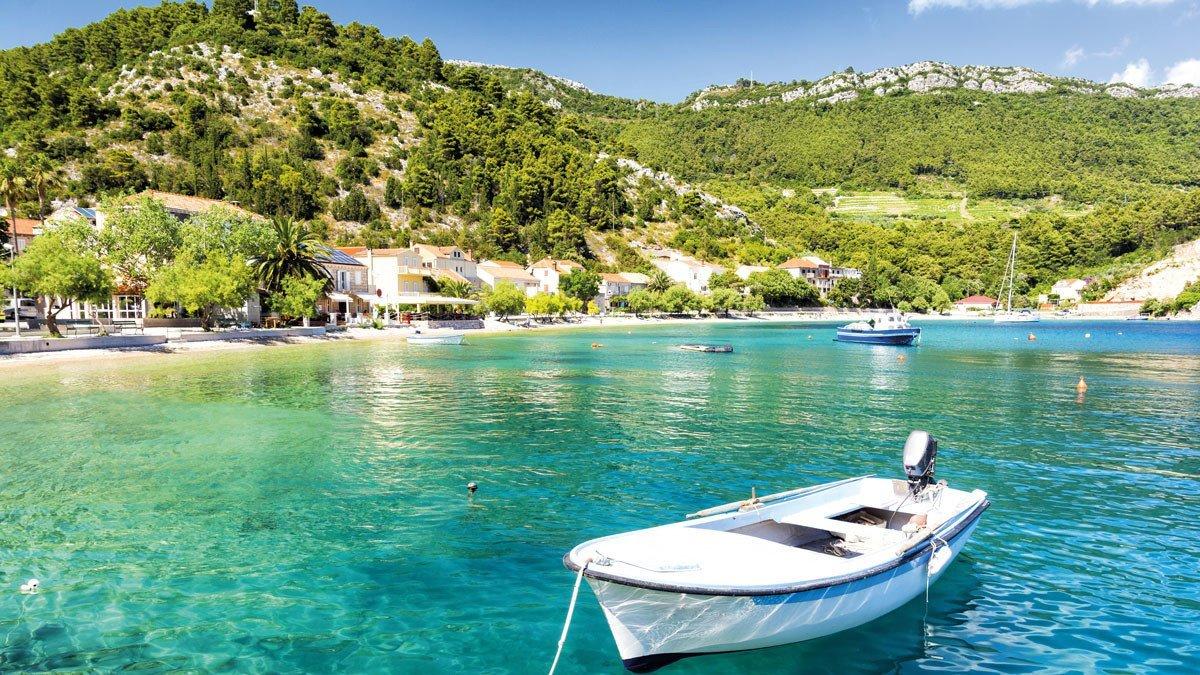 Küste mit Boot in Makarska