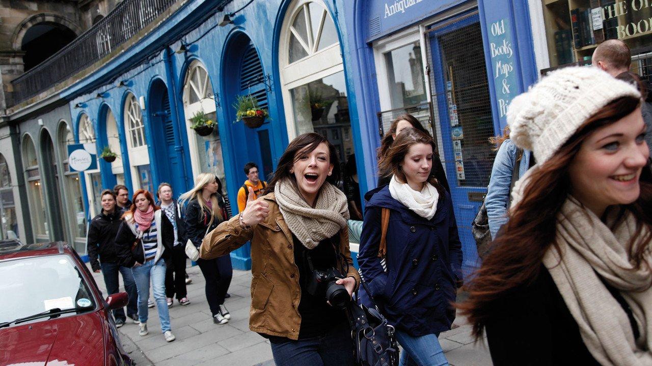 Schülergruppe vor Schaufenster in Edinburgh