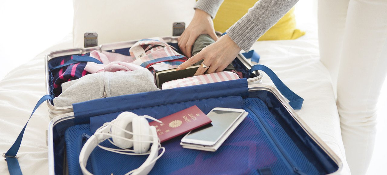 Gepackter Koffer für Gruppenreisen