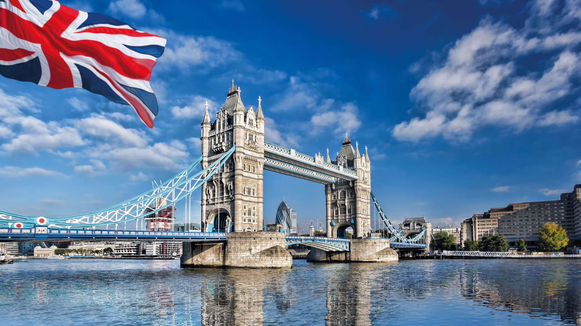 Tower Bridge in London mit Flagge