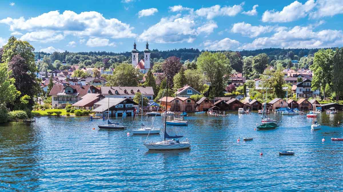 Boote fahren auf dem Starnberger See