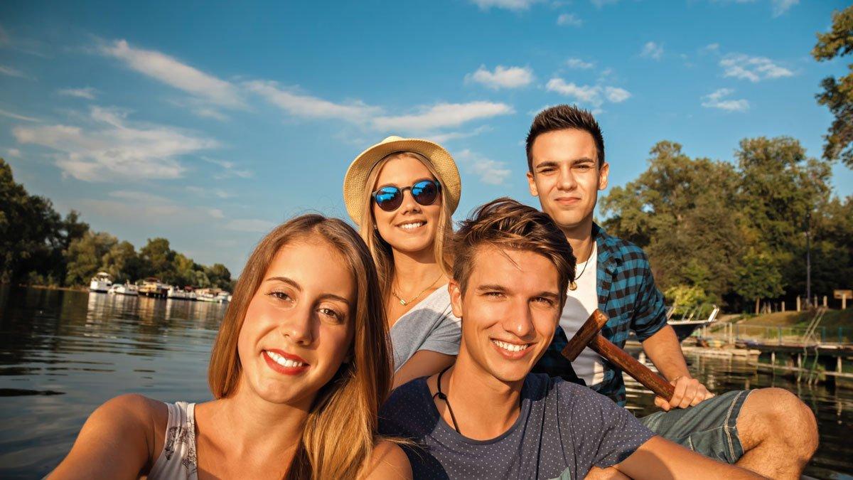 Eine Gruppe Jugendliche am See