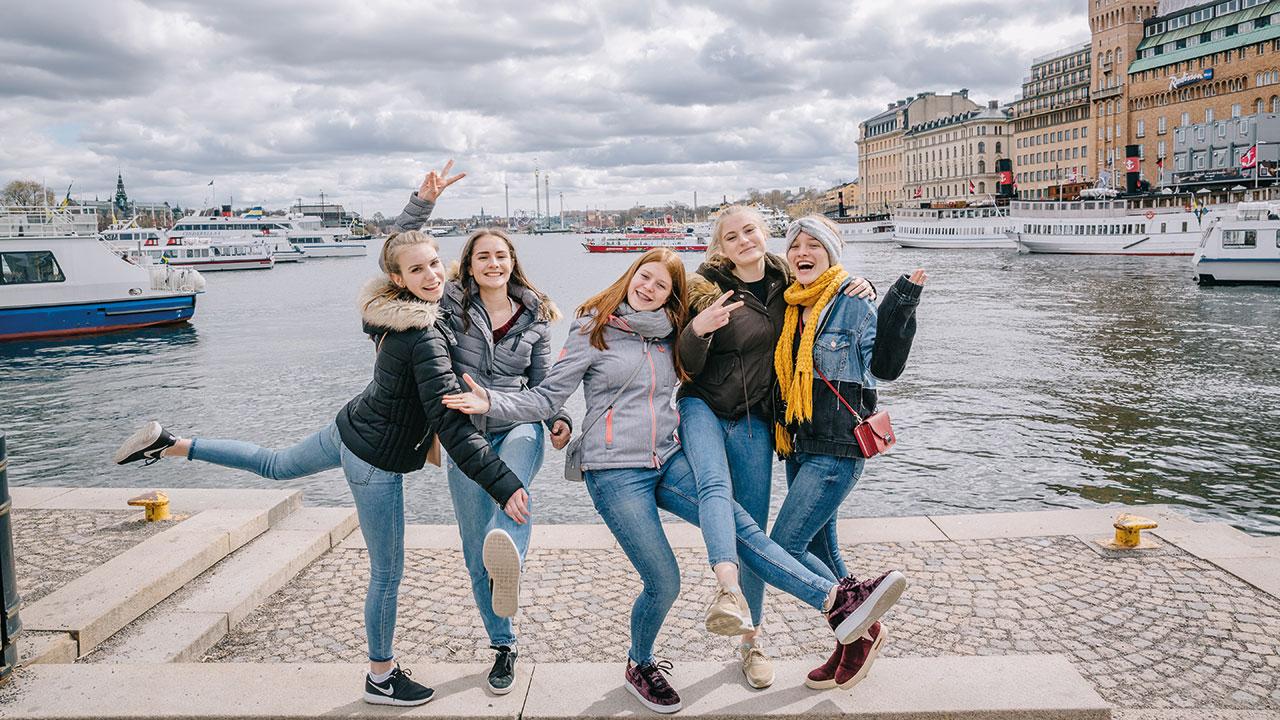 Junge Mädchengruppe in Stockholm am Hafen