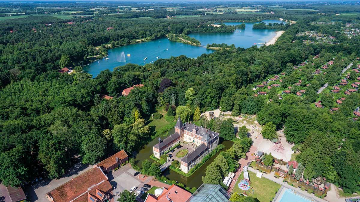 Luftaufnahme vom Schloss Dankern und dem Dankernsee