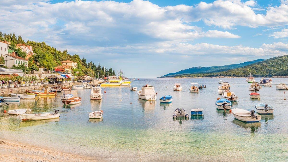 Bucht mit vielen Booten in Istrien