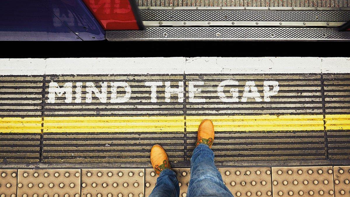 "Aufschrift vor der Londoner U-Bahn Station ""Mind the Gap"""