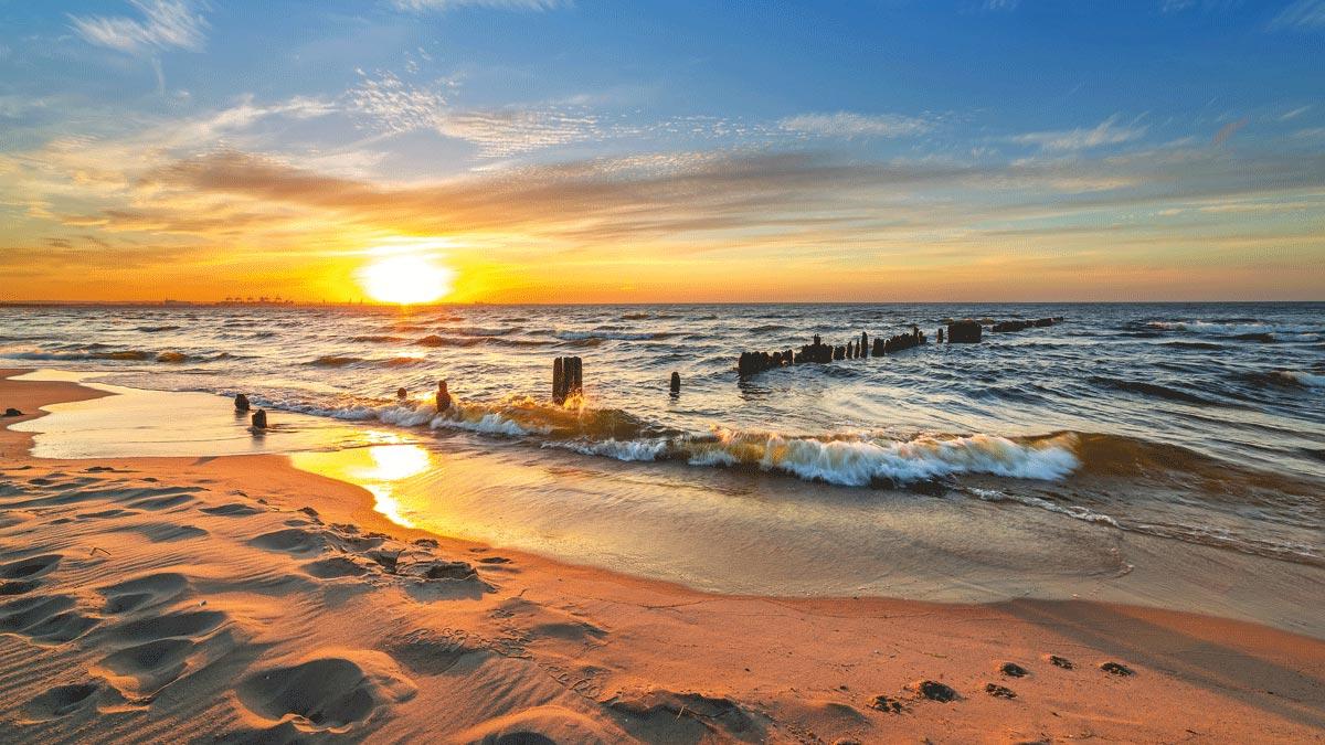 Stimmungsvoller Sonnenuntergang an der polnischen Ostsee