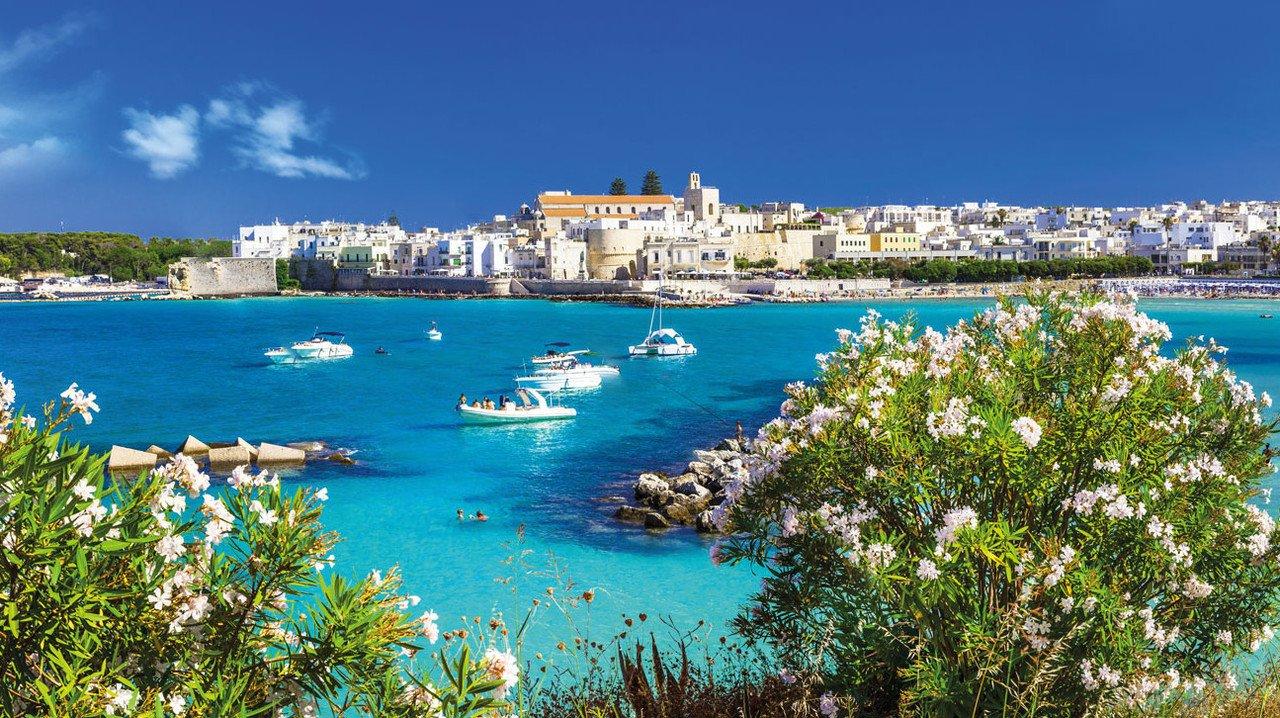 Apulien Otranto Küste mit blauem Meer
