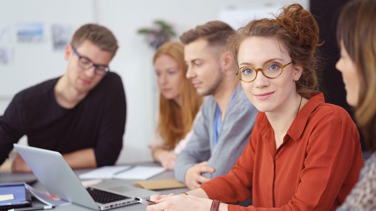 Lerngruppe mit jungen Leuten