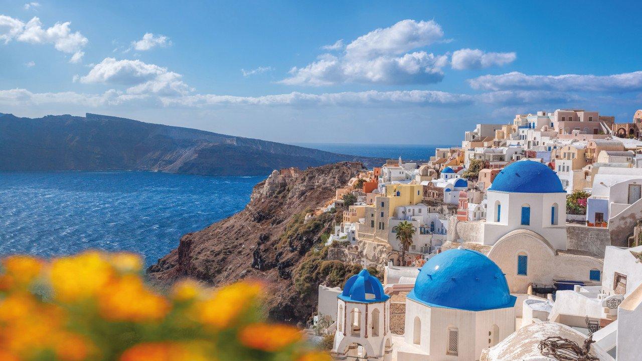 Santorini Blick auf Stadt mit blauen Dächern