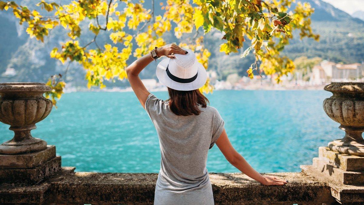 Frau mit Blick auf den See