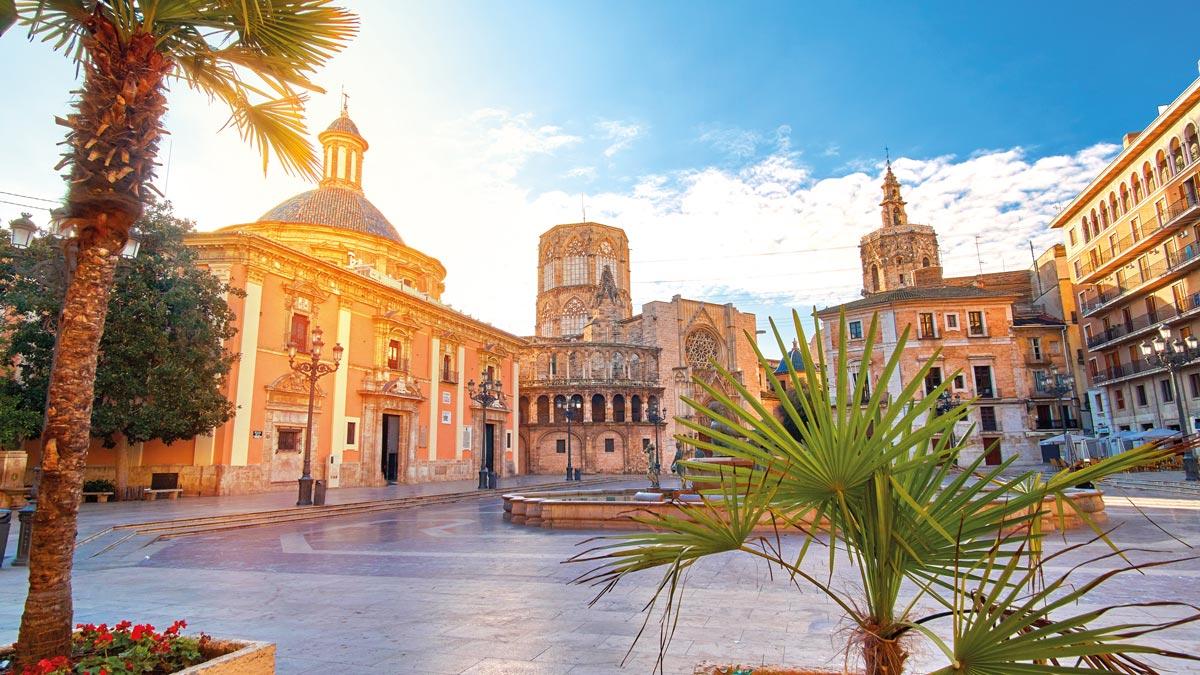 Platz in Valencia mit Palmen