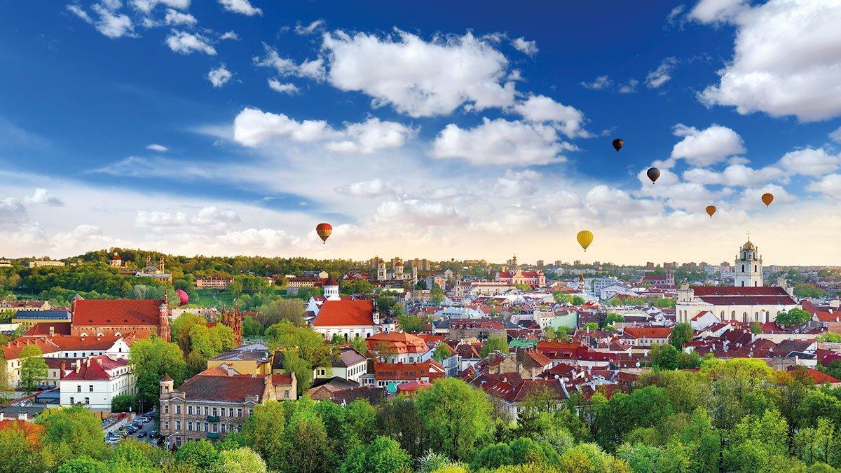 Vilnius Stadtpanorama mit vielen Heißluftballons am Himmel