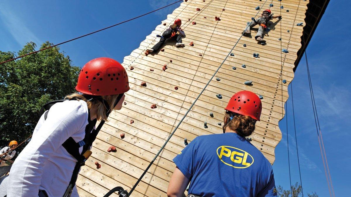 Liddington Aktivprogramm. Kinder an der Kletterwand.