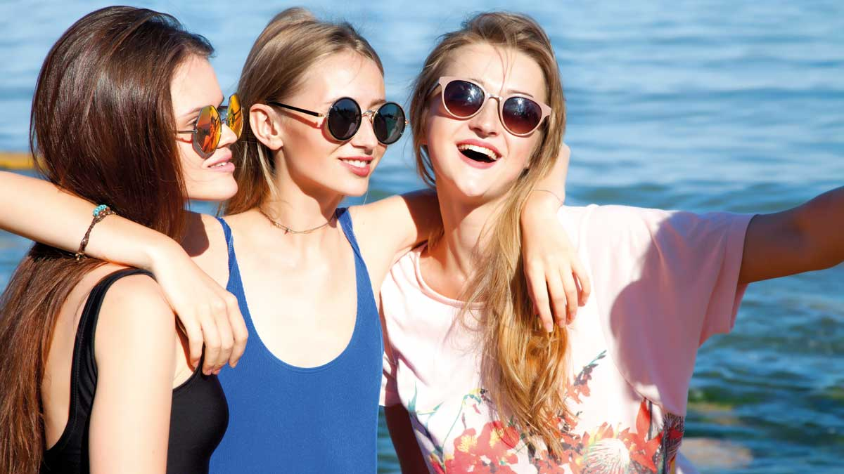 Schülerinnen am Strand beim Ferienpark Duinrell