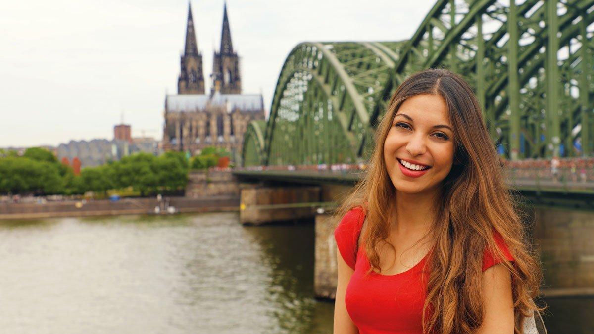 Schülerin vor dem Kölner Dom