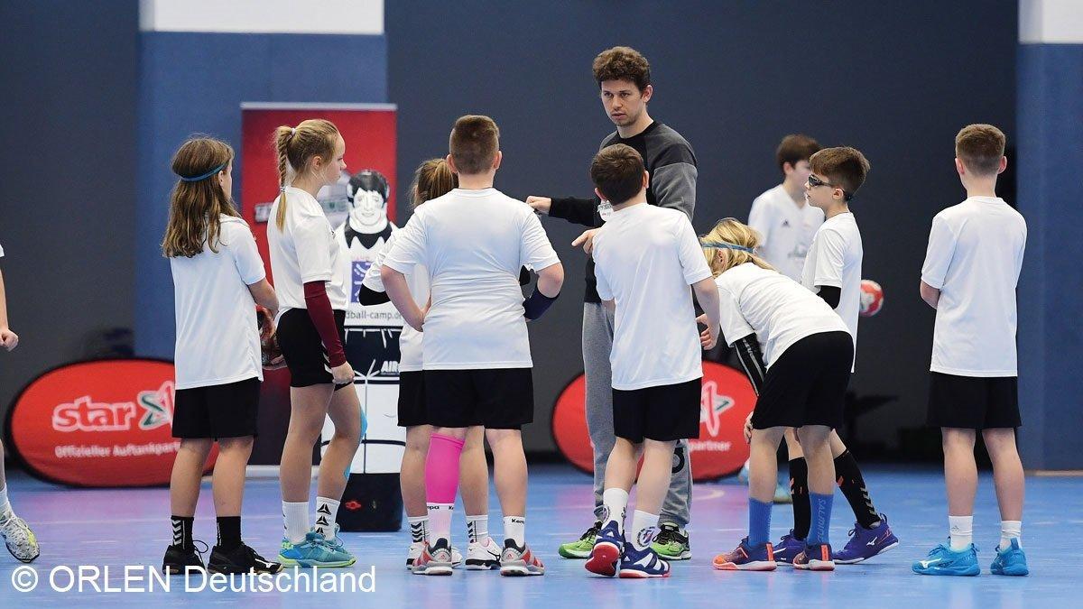 Jugendliche bei der Vorbereitung zum Handballspiel