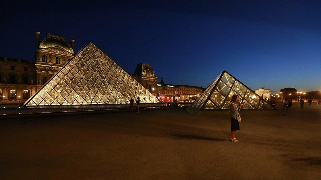 Blick auf die Pyramide am Louvre